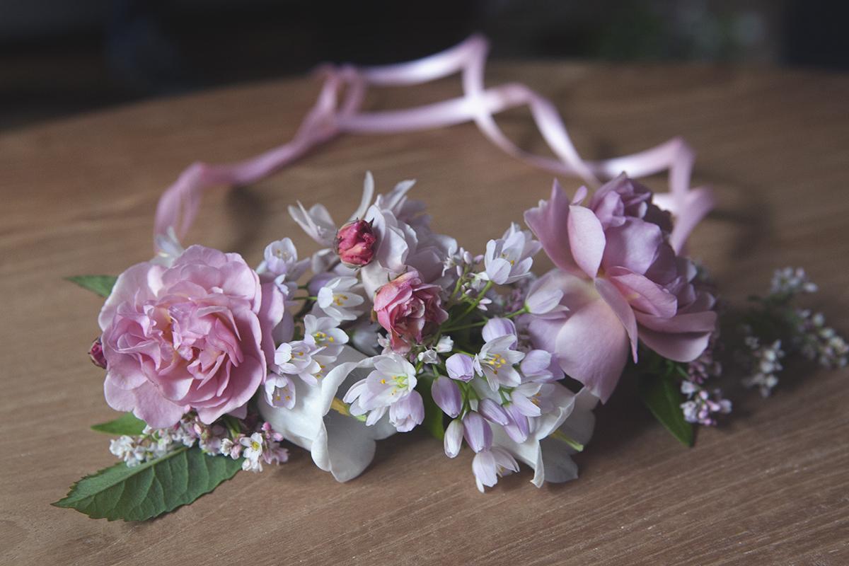 diy jolies couronnes de fleurs pour petite fille d honneur les louves. Black Bedroom Furniture Sets. Home Design Ideas