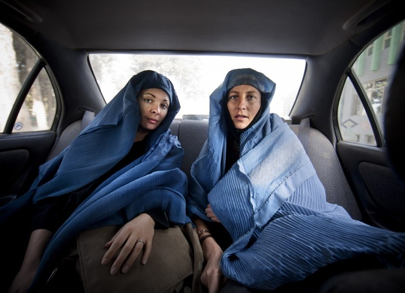 Manon et Véronique en burqa - Afghanistan. ©Véronique de VIGUERIE