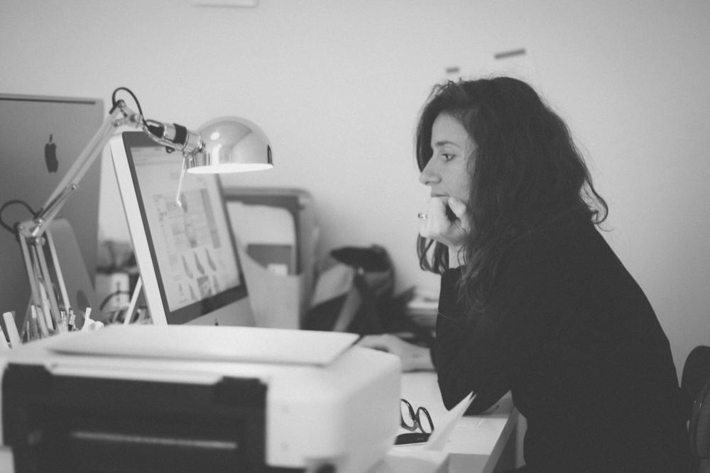 Violaine Belle-Croix dans son bureau par Lois Moreno
