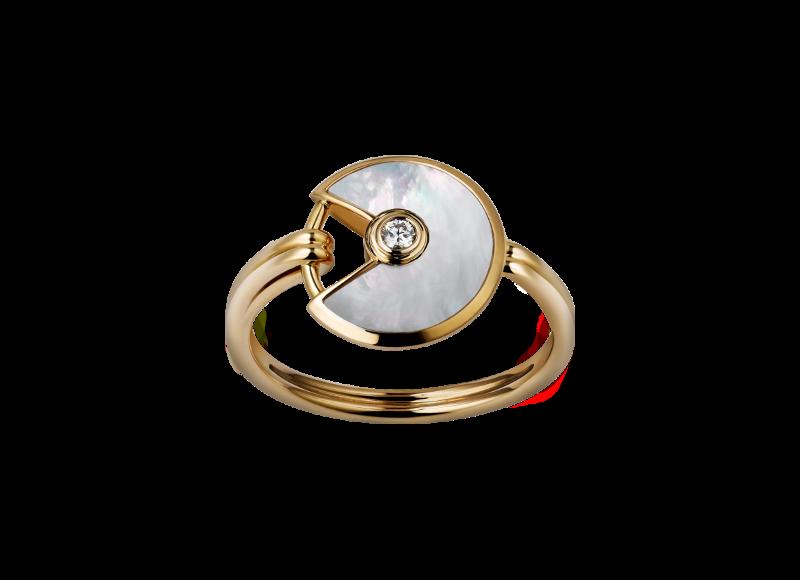Bague Amulette, en or jaune, nacre blanche et diamant, Cartier