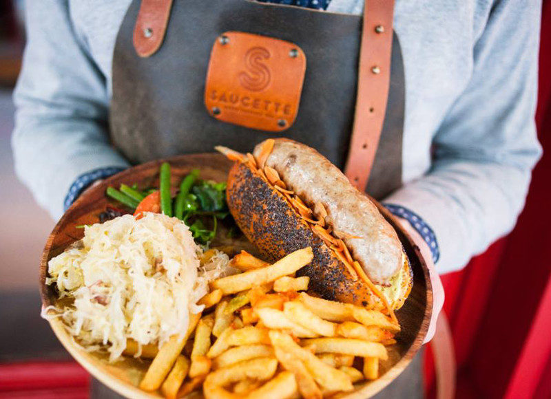 Où manger une saucisse frites à Paris