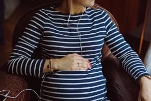 Notre sélection de livres à écouter pendant son congé maternité